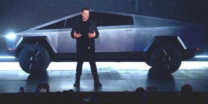 Главе Tesla бросили сразу два вызова