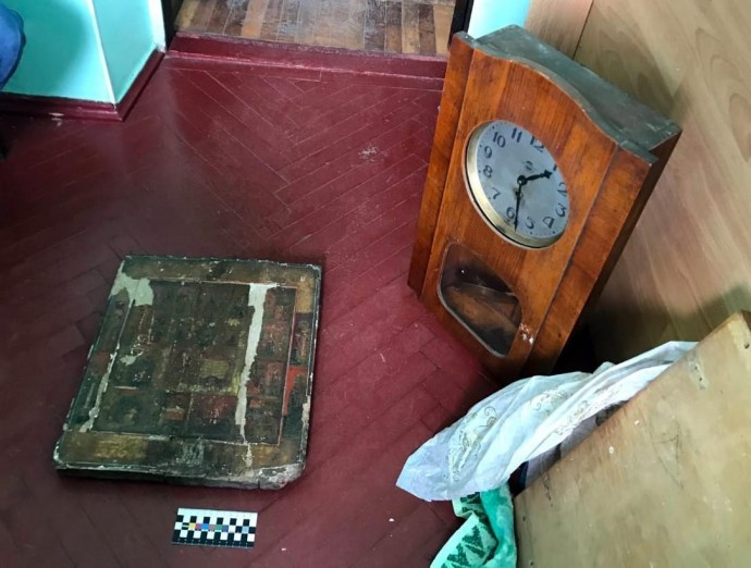 У Жмеринці чоловік викрав з квартири старовинні ікони, книги на старослов'янській мові та раритетний годинник (Фото)