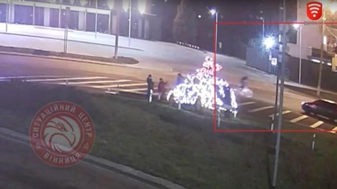 У Вінниці велосипедист рушив на червоне світло та опинився під колесами автомобіля Skoda Fabia (Відео)