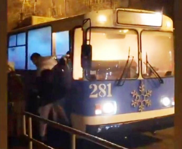 На Грушевського загорівся тролейбус (Відео)