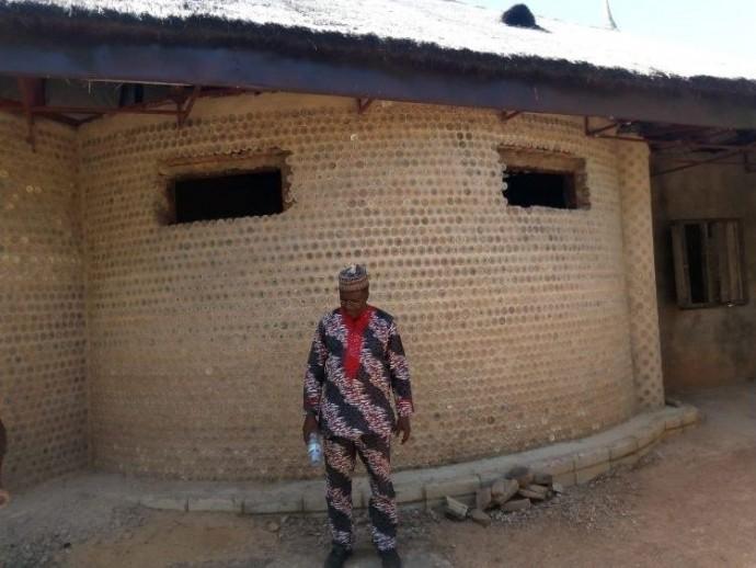Креативний нігерійський інженер побудував будинок з близько 15 тисяч пластикових пляшок