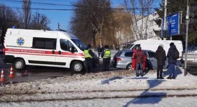 У Вінниці школяр потрапив під колеса Volkswagen. Він вибіг на червоне світло (Відео)