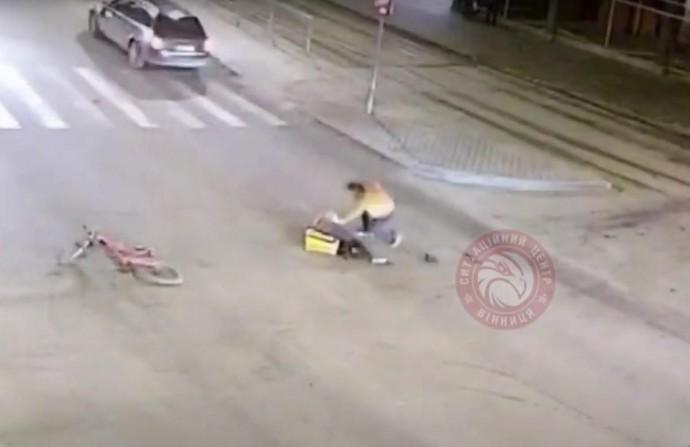 У Вінниці кур'єр доставки їжі на велосипеді потрапив під колеса авто (Відео)