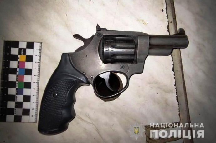 У Козятині, за відмову продавати алкоголь, хлопець почав погрожувати продавчині пістолетом
