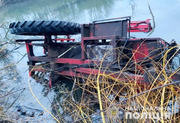 В Оратівській громаді тракторист з'їхав у річку. Водій загинув на місці