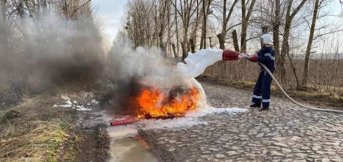 У Гайсинському районі посеред дороги загорівся автомобіль