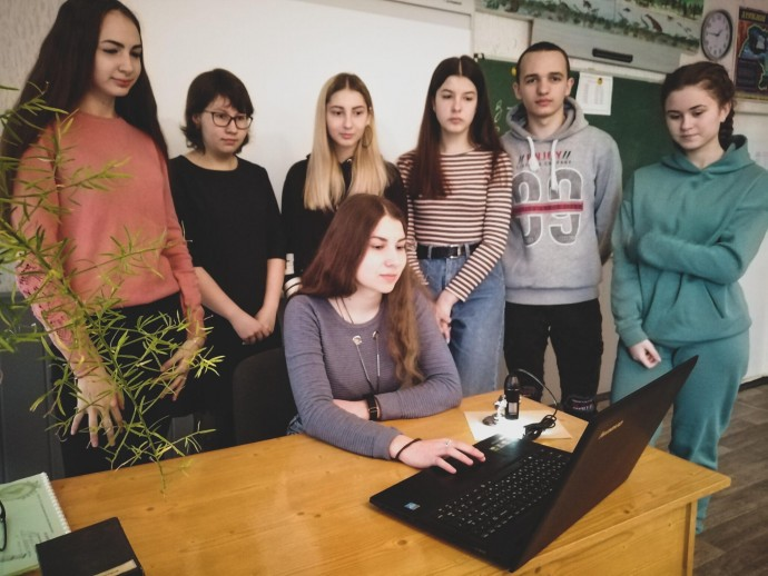Учениця з Вінниччини запустила компанію зі збору коштів, щоб придбати для школи цифровий мікроскоп (Фото)