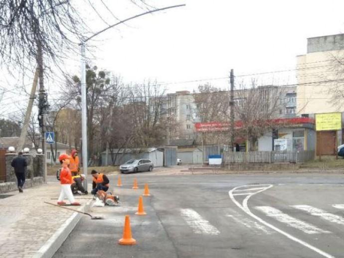В мікрорайоні Пирогово облаштовують освітлення біля пішохідного переходу
