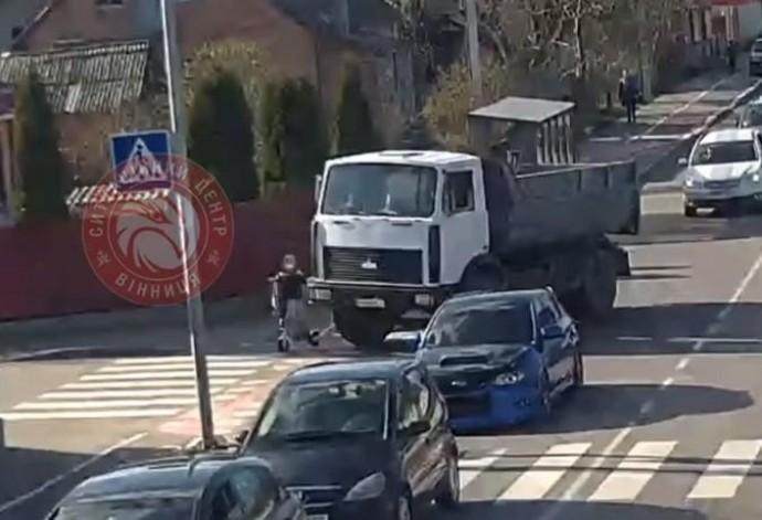 У Вінниці під колесами вантажівки загинув 10-річний хлопчик на електросамокаті. Опублікували запис з камер (Відео)