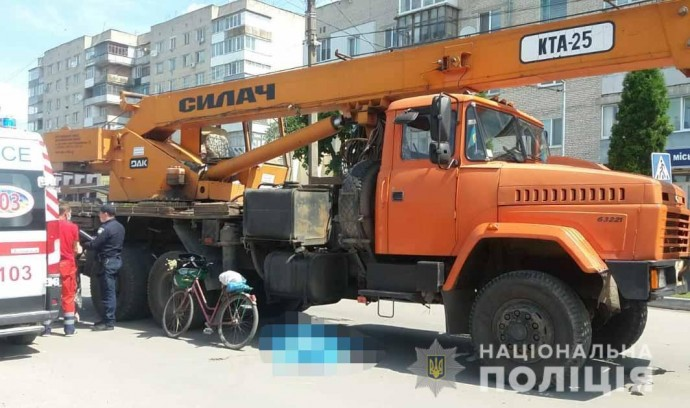 У Гнівані водій на вантажівці «КРАЗ» збив жінку, яка переходила дорогу (Відео)