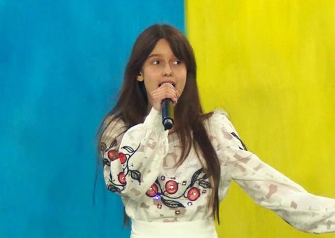 Дарина Красновецька з Вінниці заспівала гімн перед футбольним матчем