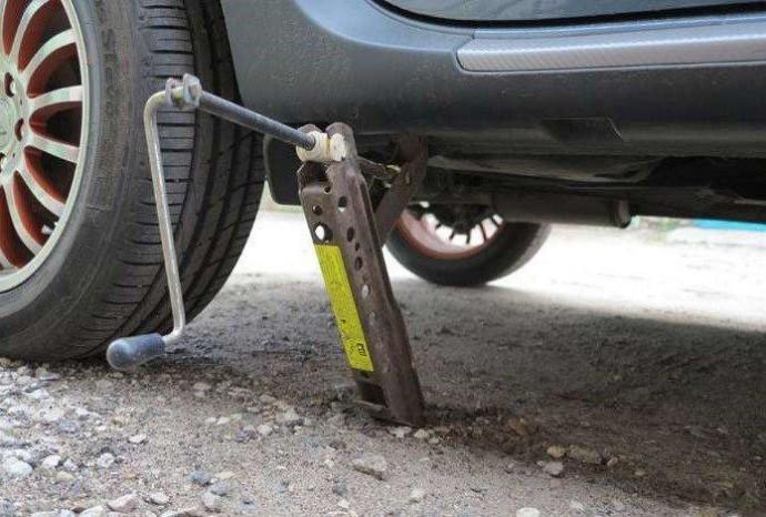 На Вінниччині під час ремонту автомобіля загинув чоловік