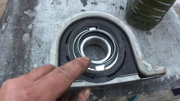 Когда необходимо заменить подвесной подшипник карданного вала?