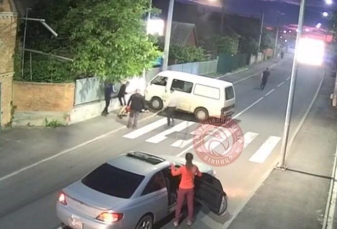 Опублікували запис моменту ДТП на Сабарові, де постраждала 19-річна дівчина (Відео)