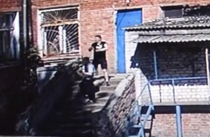 У Жмеринці двоє хлопці намагалися викрасти трубу, по якій постачають кисень до ШВЛ (Відео)