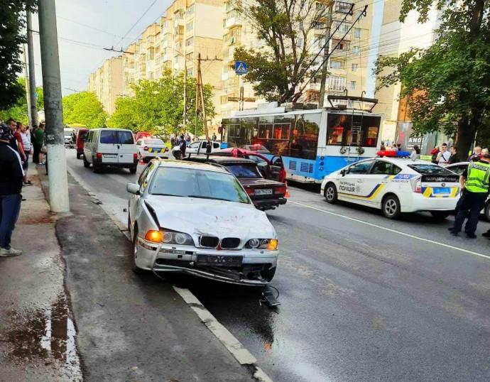 Велика ДТП на Тяжилові: зіштовхнулося 5 авто, скутер та тролейбус (Фото+Відео)