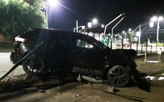 У Вінниці водій позашляховика протаранив бордюр, паркан та електроопору (Відео)