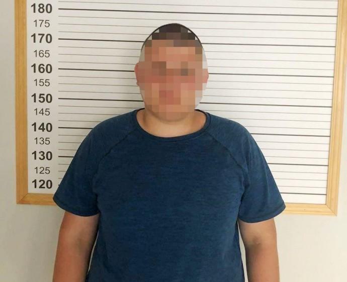 У Вінниці затримали чоловіка, який під кущем намагався залишити  «закладку» (Фото)