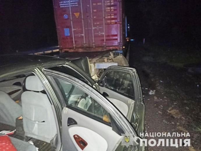 На Вінниччині автомобіль Daewoo зіткнувся з вантажівко. Постраждала людина
