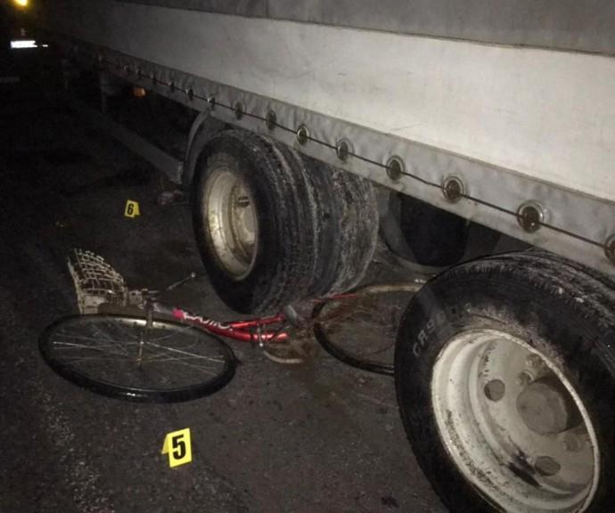 Біля Калинівки вантажівка переїхала велосипедиста (Фото)