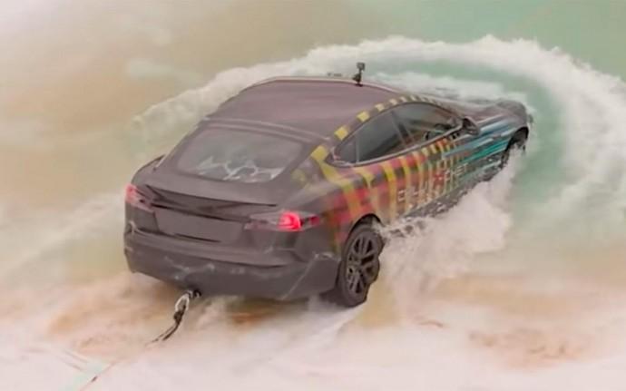Американец утопил свою Tesla в воде, но электромобиль справился
