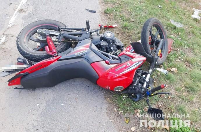 На Вінниччині неповнолітній мотоцикліст в'їхав у припаркований «ВАЗ»