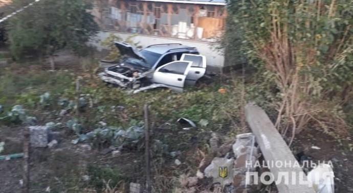 У Тростянці автомобіль злетів з дороги. Постраждала молода пара