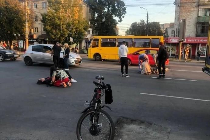 На проспекті Коцюбинського троє студенток потрапили під колеса Renault (Фото)