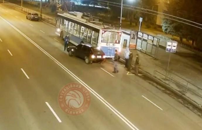 У Вінниці «ВАЗ» врізався в тролейбус (Відео)