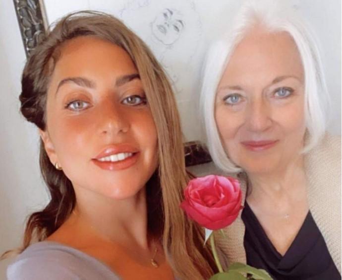 Співачка Леді Гага опублікувала рідкісне фото з мамою