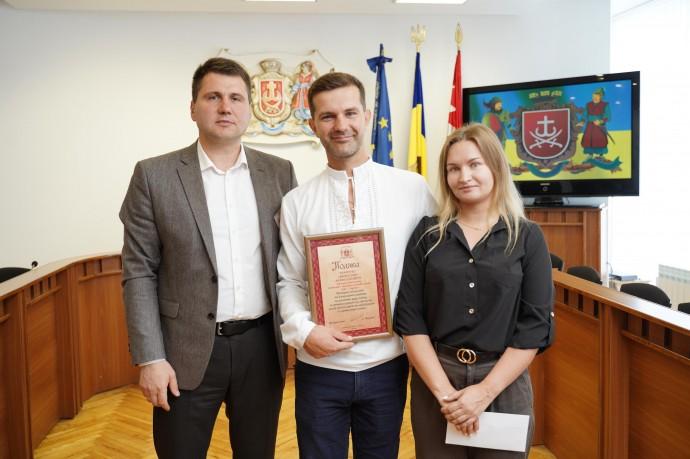 У Вінниці нагородили водія, який допоміг перейти дорогу пенсіонерці з вадами зору (Відео)
