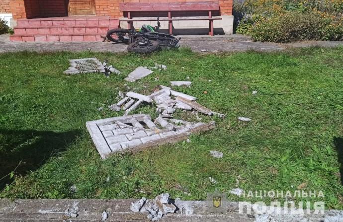 У Вінницькій області двоє хлопців на мотоциклі протаранили бетонний паркан