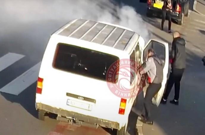 У Вінниці серед дороги загорівся мікроавтобус. Гасити вогонь допомагали водії з інших авто (Відео)