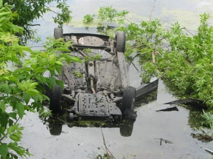 Під Вінницею водій не впорався з керуванням та злетів у Південний Буг. Авто сильно постраждало, чоловік - живий  (Фото)