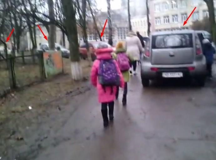 Тротуар біля 25 школи перетворили на проїжджу частину (Відео)