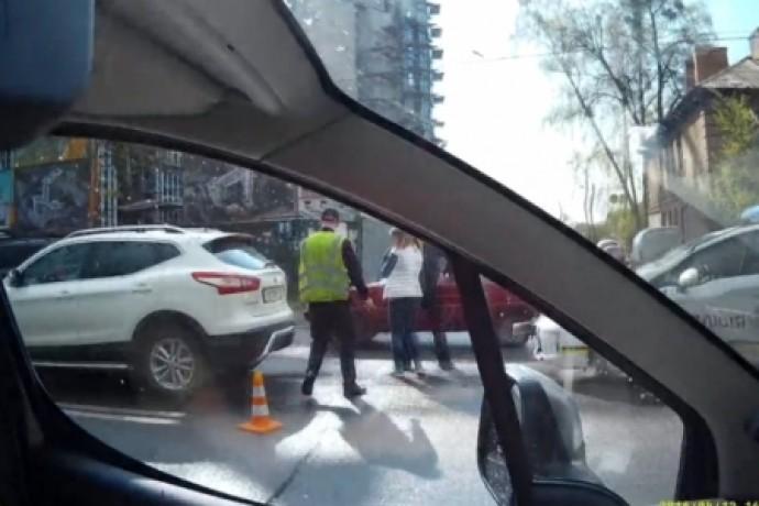 Поліцейські врізалися в легковик, який переслідували (Відео)