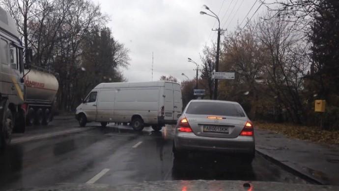 На Магістрацькій затор через ДТП. Lexus зіштовхнувся з мікроавтобусом (Відео)