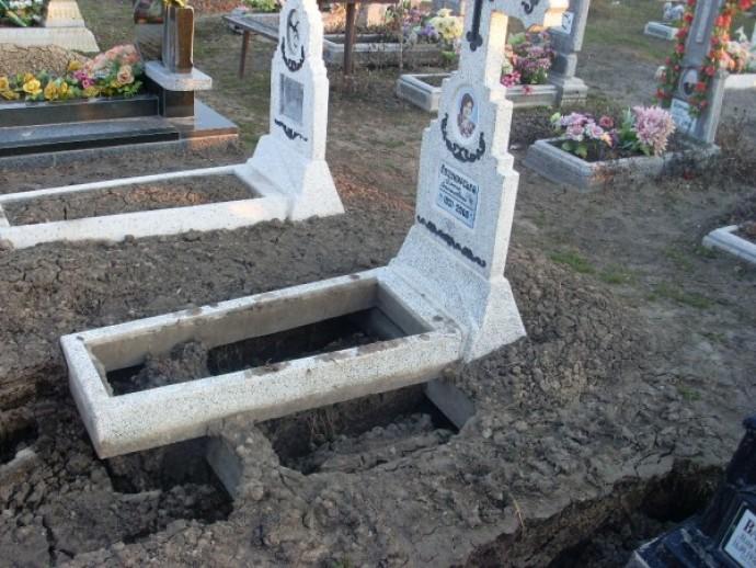 Как правильно поставить памятник на могилу купить скалы памятник оптом