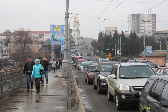 Перекриття Київського мосту обернулося транспортною проблемою для Вінниці. Що кажуть чиновники (Фото+Відео)
