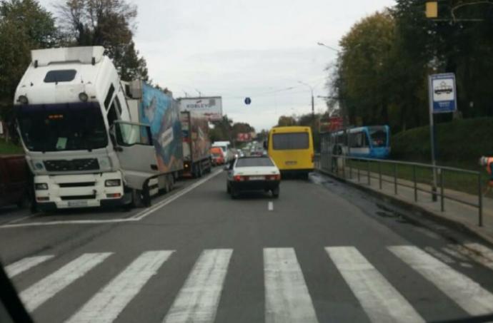 Через зламану вантажівку