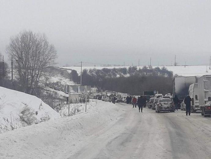 Сотни машин оказались в снежной
