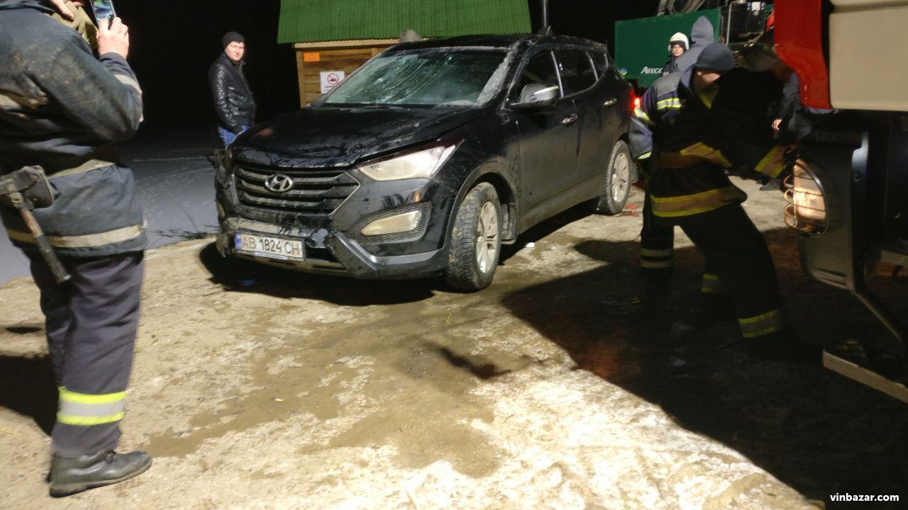У Вінниці на Водохреще довелось діставати автомобіль зі ставка (Фото)
