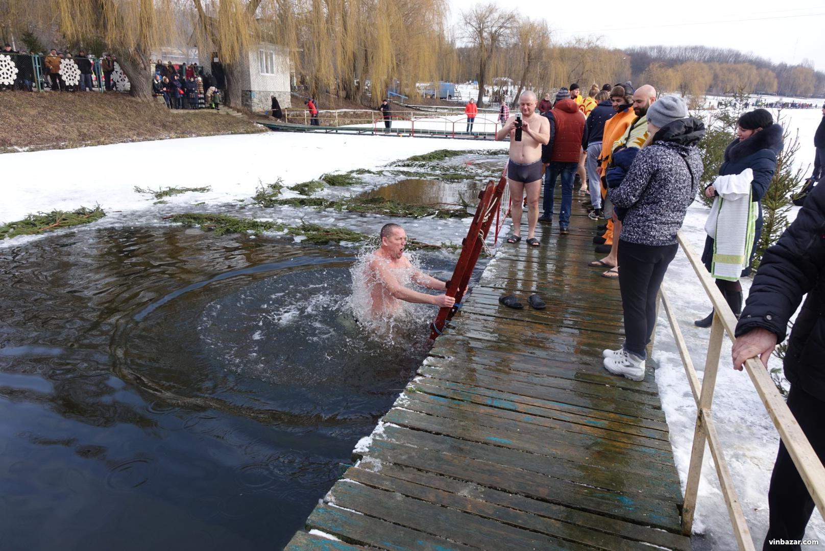 Водохреща 2018 у Вінниці: сотні людей наважилися скупатися у крижаній воді (Фото)