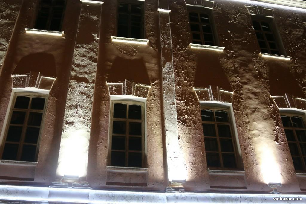 Школа-гімназія №2 у центрі Вінниці засяяла новою підсвіткою (Фото)