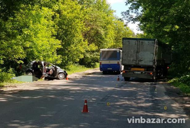 Біля Вінниці легковик зіткнувся з вантажівкою лоб в лоб (Фото)