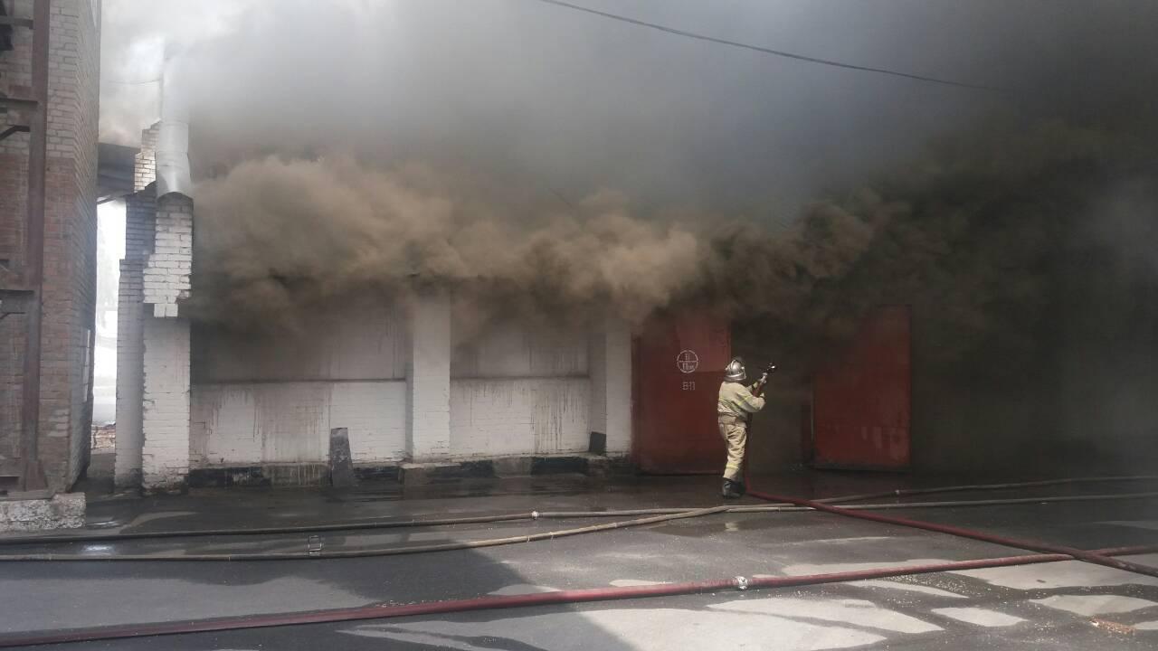 У Жмеринці горить великий склад зерна. До гасіння залучили пожежний потяг (Фото)