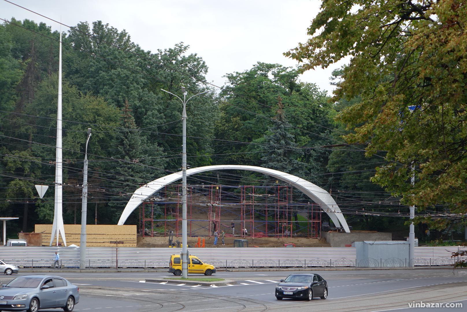 У Вінниці розпочали ремонт арки біля Центрального парку (Фото)