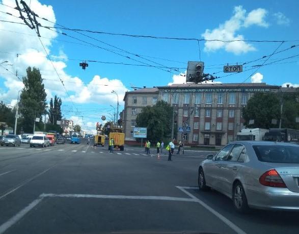 Вантажівка, яка перевозила комбайн, обірвала контактну мережу біля Центрального моста (Фото)
