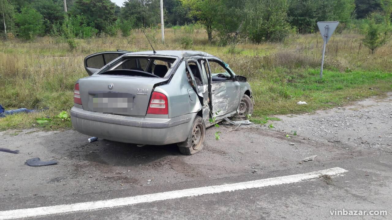 У Калинівці Škoda злетіла з дороги. Одна людина загинула (Фото)