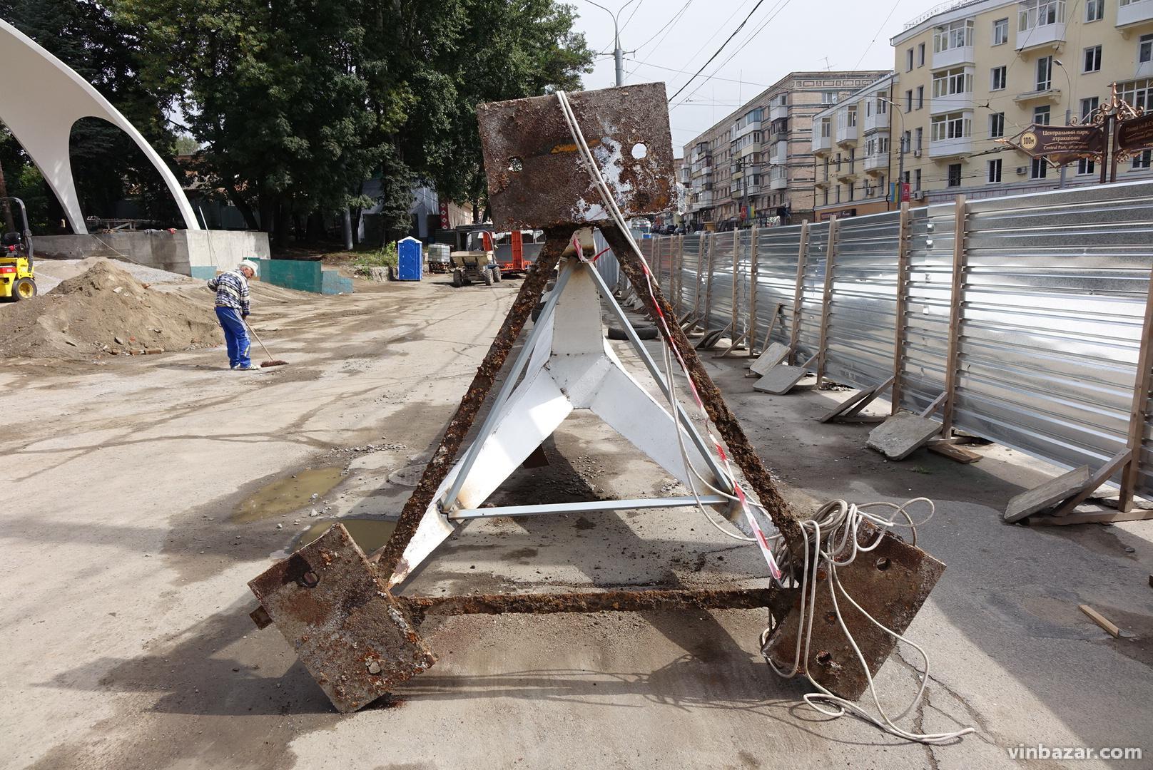 На площі Гагаріна зняли шпиль, який стояв біля арки (Фото)